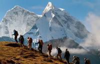 группа туристов взбирается на гору