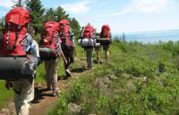 группа туристов идет в поход