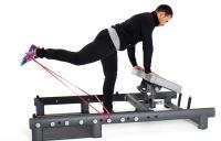 мужчина делает упражнения на тренажере для ягодиц