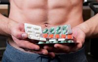 мужчина держит в руках таблетки